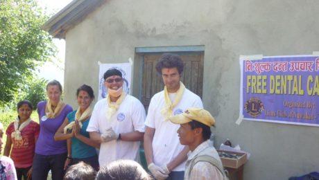 Dr. Achim Sieper hilft mit weiteren Zahnärzten aus Unna Menschen in Nepal.