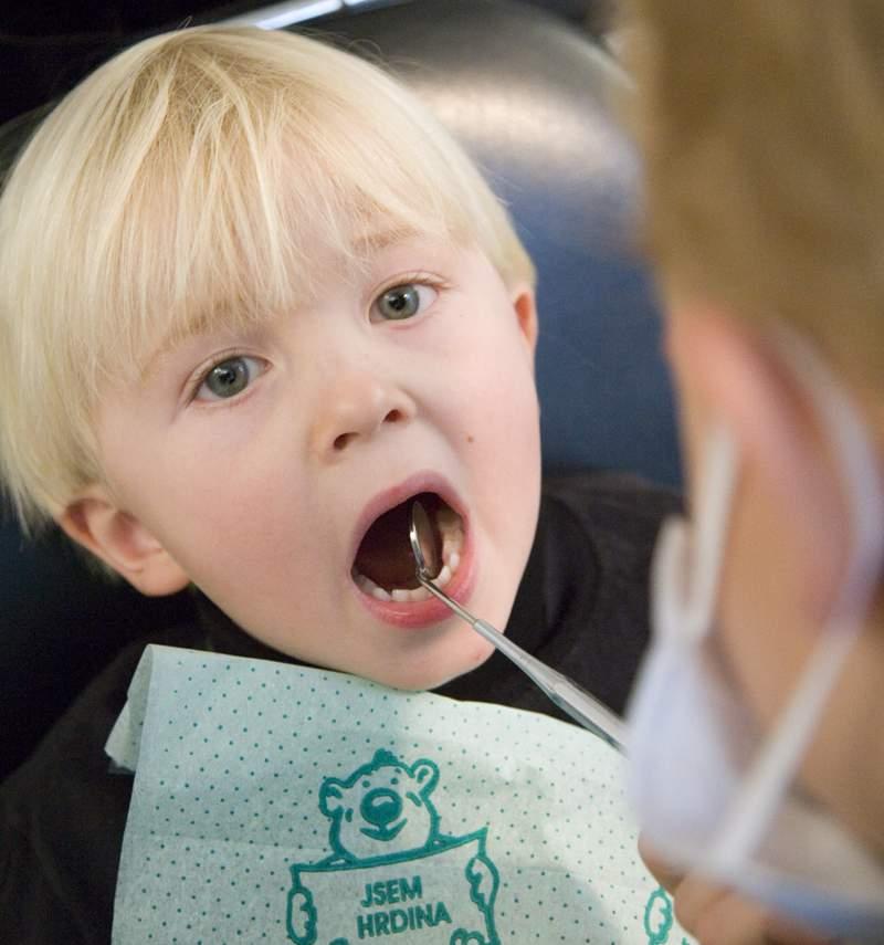 Vorsorge-Untersuchung und sanfte Zahnbehandlung von Kindern bei ALL DENTE.
