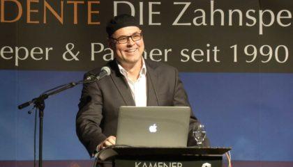 Zahnarzt Dr. Achim Sieper bei einer Veranstaltung zum Thema Implantate.