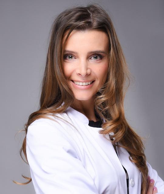 Zahnärztin Annamaria Czopik ist spezialisiert auf Zahnerhaltung und Chirurgie.